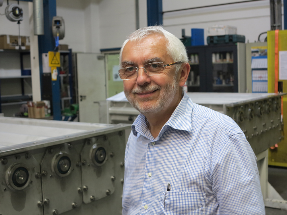 Walter Geroldinger in front of two Oszillomats in the factory