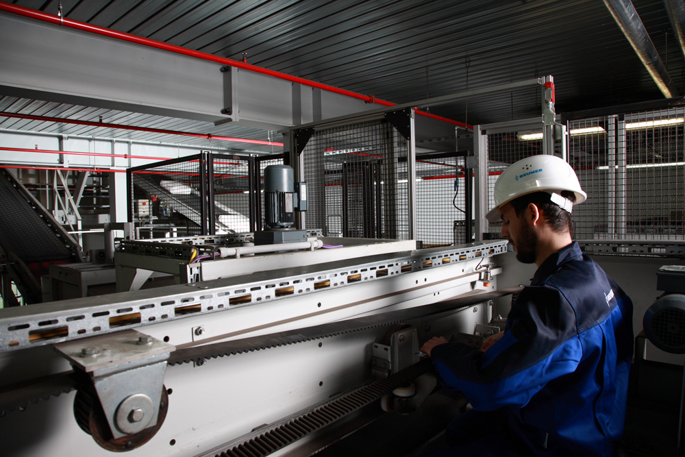 Customised equipment and systems from BEUMER Group come from a modular system: The mechatronic modules for the mechanics, electrics and software are adapted according to customer requirements.