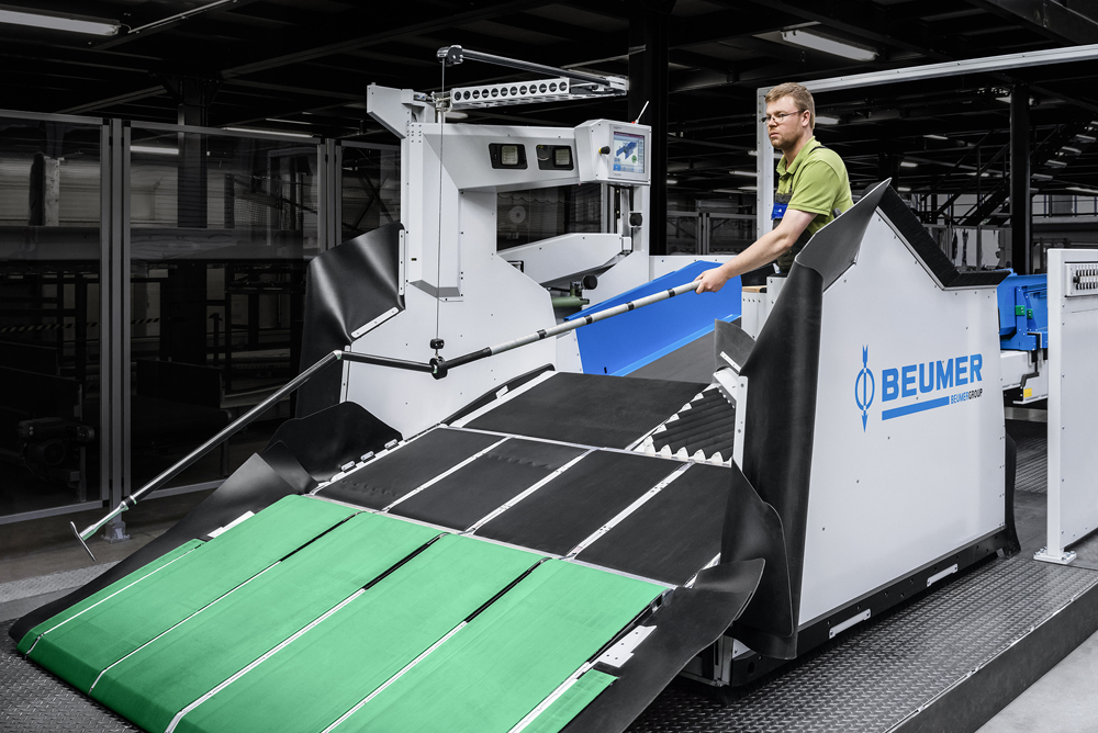 Figure 3: The BEUMER Parcel Picker: This semi-automatic machine allows efficient bulk unloading without physical strain on the operatives, increasing throughput significantly in logistics centers. Picture credits: BEUMER Group GmbH & Co. KG
