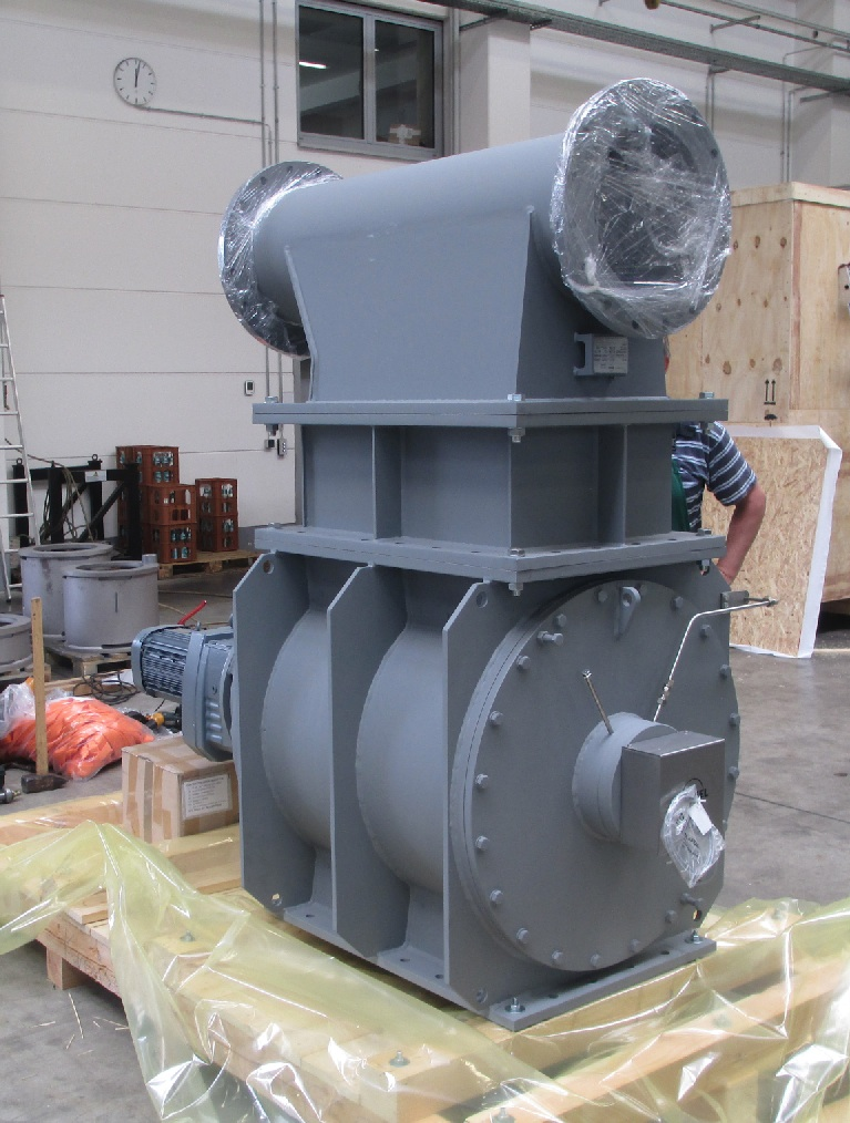 Fig. 3: KREISEL Ceramic rotary feeder Type 700x700-11 LU with mounted leakage air collector and with blow shoe, ready for transport