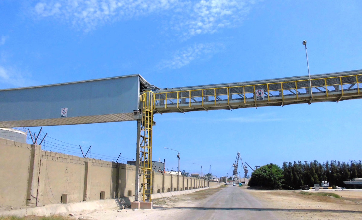 Photo 3: The conveyor line of the Pipe Conveyor starts at the Open Access station and shortly after, the conveying system crosses the refinery area, where the systems had to be equipped with fire-proof covers.