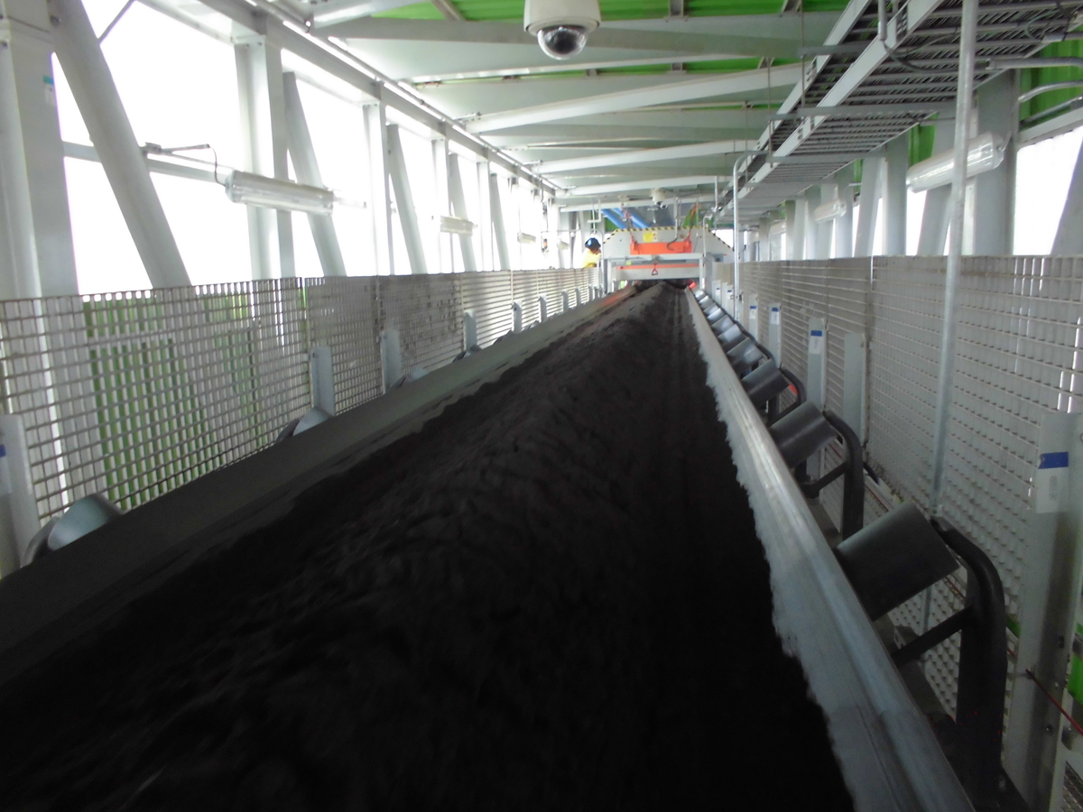 Photo 2: The feeding belt conveyor transports the ore concentrate to the BEUMER Group Pipe Conveyor. A magnetic separator ensures that metal parts are rejected, and a metal detector provides additional safety to prevent damages.