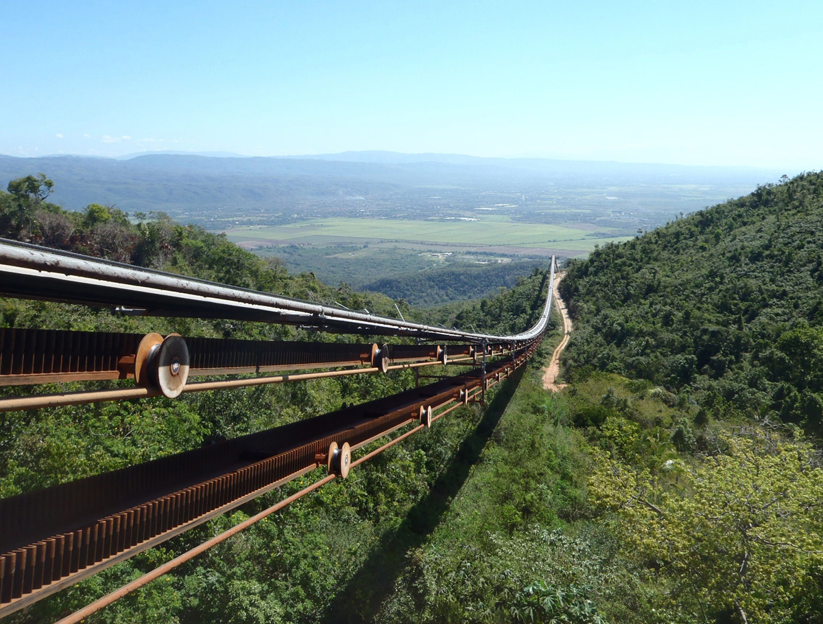 This RopeCon® transports bauxite, connecting mine and railway, in Jamaica (Mt. Oliphant project).