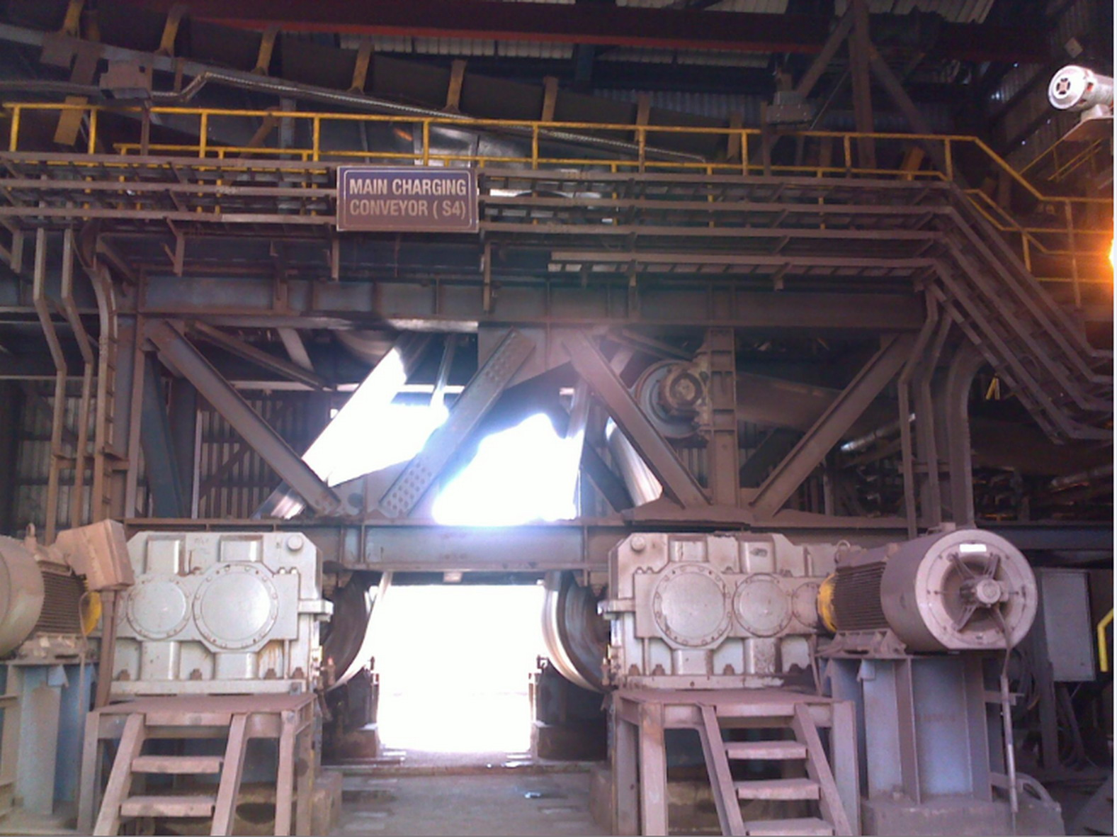 Fig. 3: The conveyor belt transports the iron ore to the furnace. However, the belt was wandering from one side to the other during operation. This resulted in uneven wear. In addition, the material could fall off the belt onto the floor at the transfer and transition points.