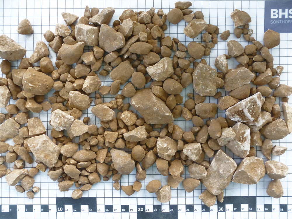 Creating Value from Overburden: Valuable Rock Grade obtained from Contaminated Feed Material – After the Combimix mixing process, screened material > 5 mm is transformed into a clean, salable end product with no clay adhesions.