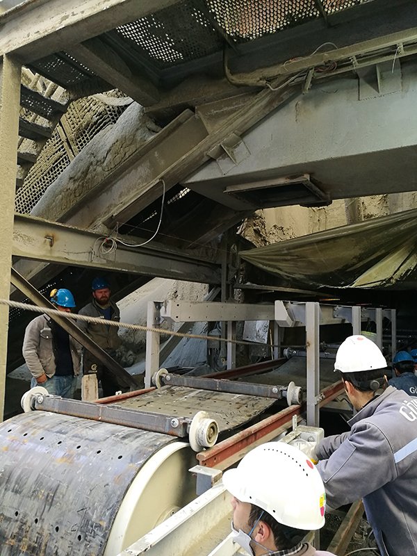 BEUMER Group: Belt Apron Conveyors for reliable and cost-efficient Transport of Cement Clinker – Fig. 3: Employees of the cement manufacturer in charge of the installation work, with the support of BEUMER Group.