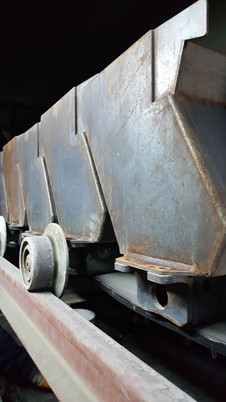 BEUMER Group: Belt Apron Conveyors for reliable and cost-efficient Transport of Cement Clinker – Fig. 5: The specific design of the system's cell strand facilitates the clean transportation of the clinker – no clinker can run out.