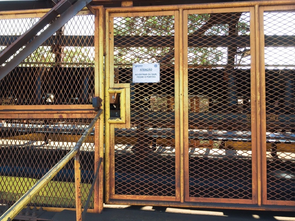 Martin Engineering: Reduce Conveyor Maintenance Time through better Access - A gate to a conveyor walkway, controlled with an RFID sensor.
